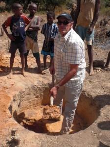 Michel creuse un puit pour l'école